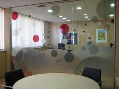 Sichtschutz für einen Konferenzraum aus dekorativer, transluzenter Sichtschutzfolie