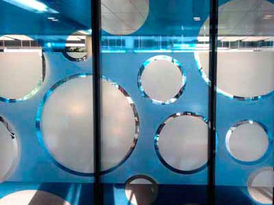 Dekorativer Sichtschutz für einen Konferenzraum. Milchgalsfolie kombiniert mit einer durchsichtigen Farbfolie