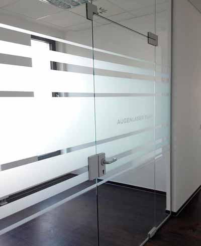 Dekorativer Sichtschutz für einen Behandlungsraum mit integriertem Schriftenplott